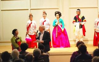 지난 10일 카멜 밸리에서 펼쳐진 한국문화예술단 공연을 마치고 OSA 회원들과 질의응답 시간을 갖고 있다.
